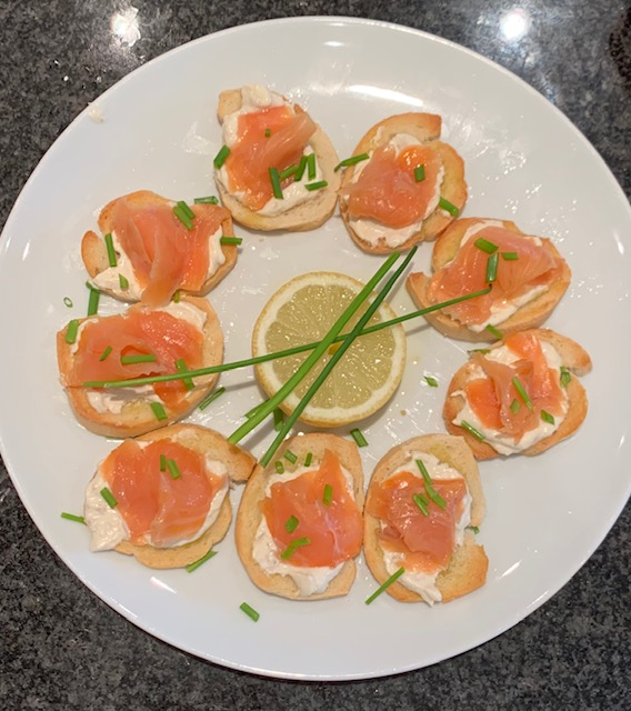 smoked salmon toasts with creme fraiche&chives