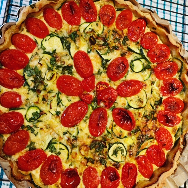 Quiche with zucchini (courgettes), leeks and cheddar