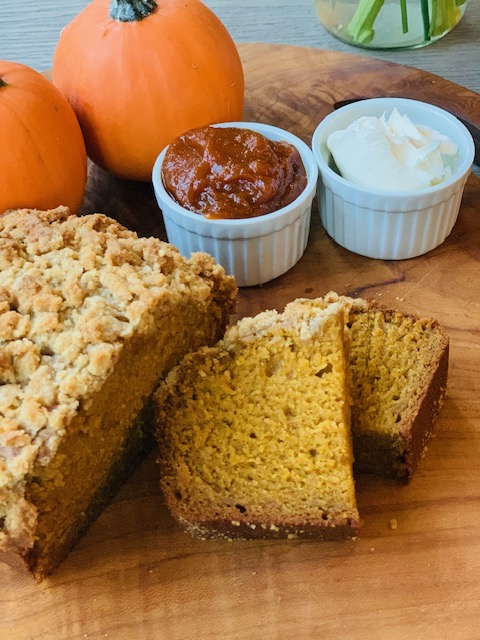 Pumpkin bread with cinnamon crumble topping
